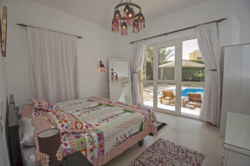 Wewnętrzny projekt sypialnia w luksusowej willi z ogrodowym widokiem obrazy royalty free