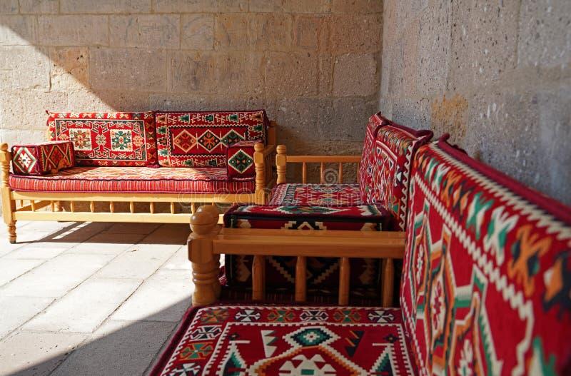 Wewnętrzny projekt z orientalnym czerwonym dywanika meble zdjęcia royalty free