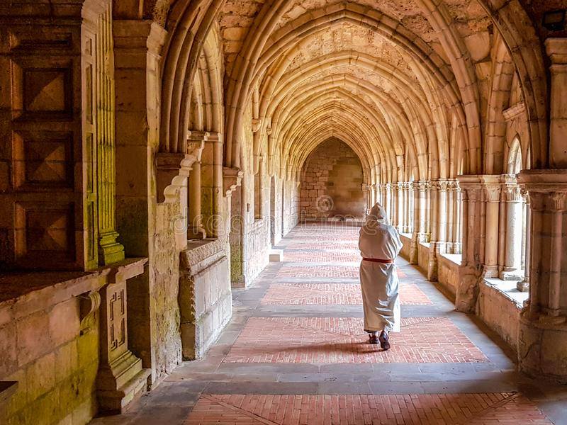 Wewnętrzny przyklasztorny opactwo z michaelity modleniem i odprowadzeniem zdjęcie stock