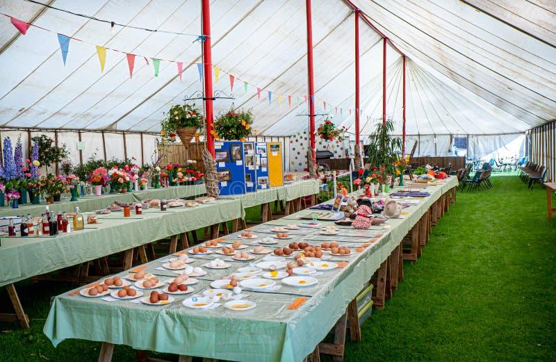 Wewnętrzny widok Angielski wioski przedstawienia rzemiosła namiot zdjęcia stock
