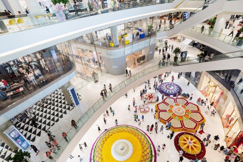 Wewnętrzny widok ICONSIAM Nowy centrum handlowe z Apple Store w Bangkok Tajlandia dalej fotografia stock