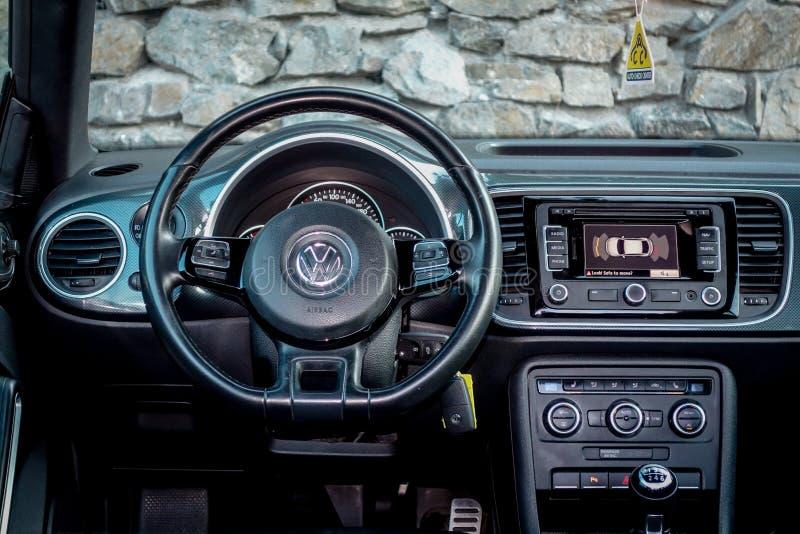 Wewnętrzny widok od kierowca pozyci nad luksusową coupe samochodu deską rozdzielczą obrazy royalty free