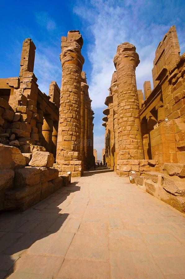 Wewnętrzny widok rzeźbiący filary wielka hipostyl sala w dzielnicie Ponownej Amon i świątynia, Obubrzeżnej przy Karnak świątyni c obraz royalty free