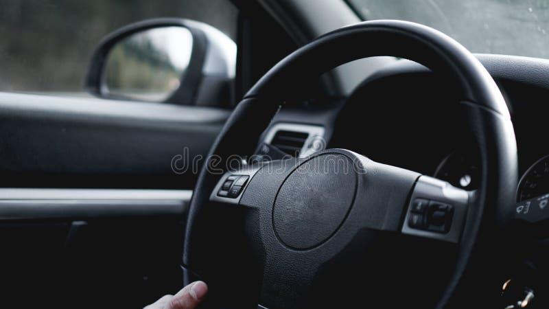 Wewnętrzny widok samochód z czarnym salonem Mienie kierownica Podczas gdy Jadący samochód zdjęcie stock