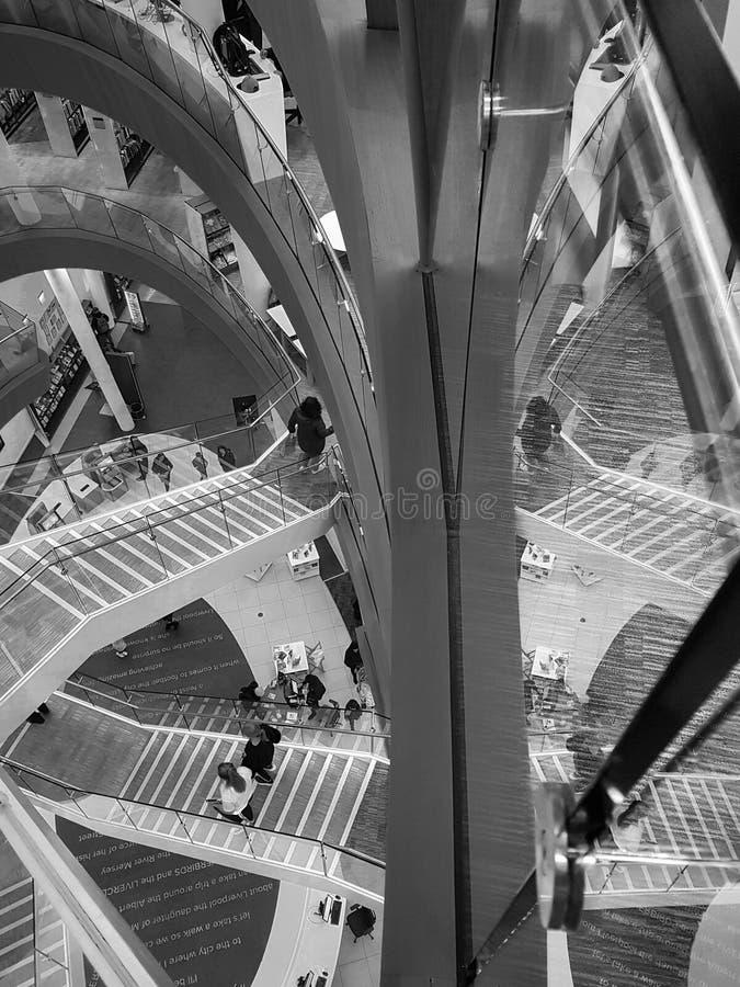 Wewnętrzny widok schody i ich odbicie niedawno ponowny zdjęcie royalty free