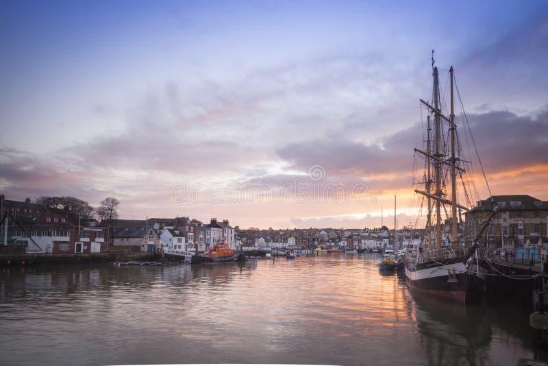 Weymouth hamn på natten med det högväxta skeppet för pelikan arkivbilder