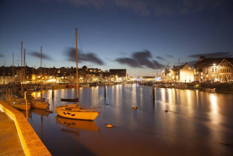Weymouth hamn på natten med fartyg i förgrunden royaltyfri fotografi