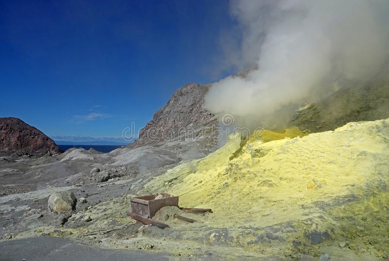 Whakaari或白岛在新西兰用硫处理领域 免版税库存图片