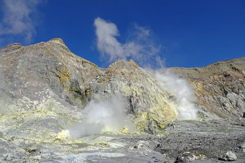 Whakaari或白岛在新西兰用硫处理领域 库存图片