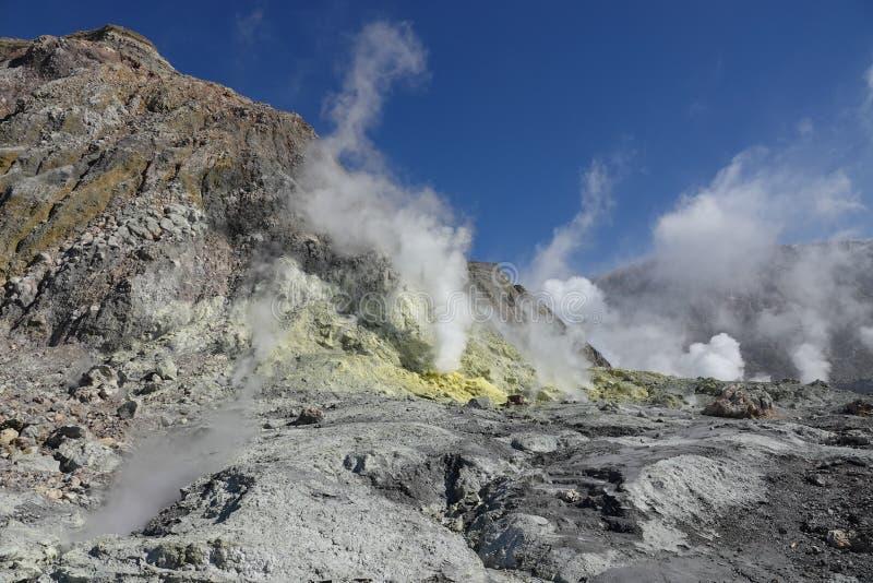 Whakaari ou gisement blanc de soufre d'île au Nouvelle-Zélande photo libre de droits
