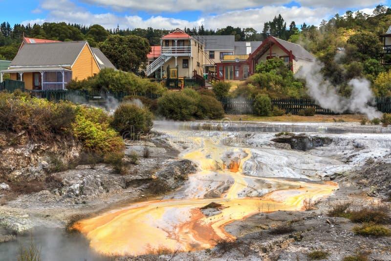 Whakarewarewa Maoryjska wioska, Rotorua, Nowa Zelandia Dekatyzować basenów i kopalnych depozytów blisko do domów obrazy stock