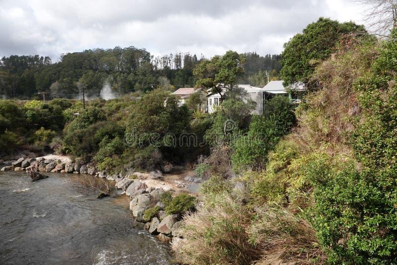 Whakarewarewa que vive a vila geotérmica maori em Rotorua, Nova Zelândia imagens de stock