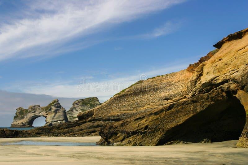 Wharariki海滩,新西兰 看法到拱道海岛 图库摄影