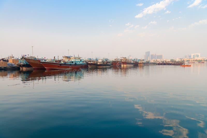 Wharfage med stora träfartyg i modern stad arkivbilder
