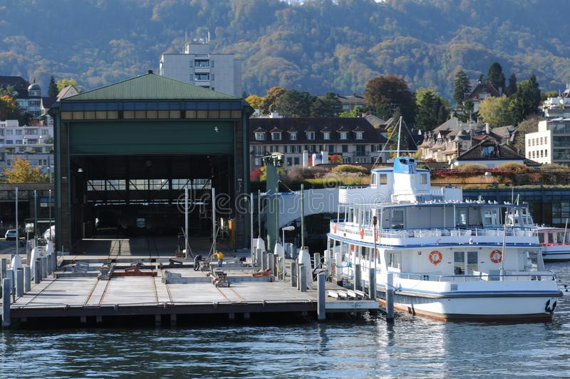 Wharft jeziora ZÃ ¼ bogaci statki wycieczkowi w Wollishofen obrazy stock