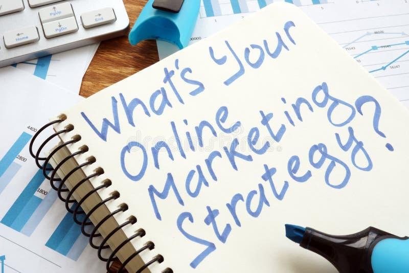 What's Twój Online strategia marketingowa? Książka i klawiatura obrazy stock