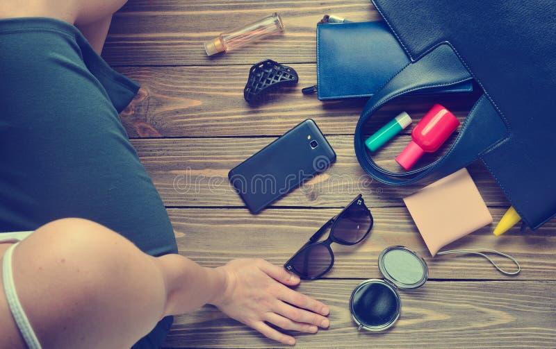 What& x27; s nel women& x27; borsa di s? Women& x27; accessori d'avanguardia di s fotografia stock