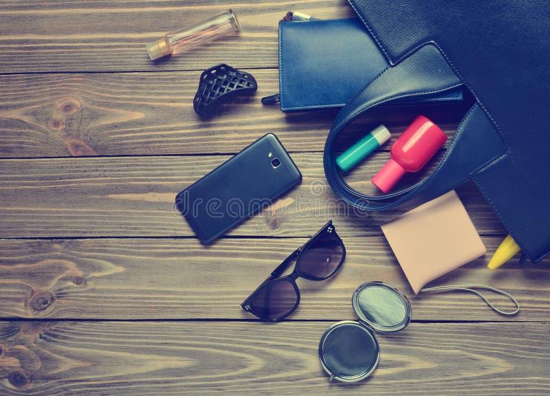 What' s nel women' borsa di s? Women' accessori d'avanguardia di s su un woode immagini stock