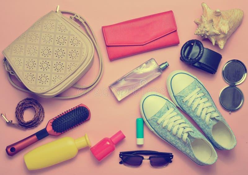 What& x27; s nel women& x27; borsa di s? Andare in viaggio immagine stock