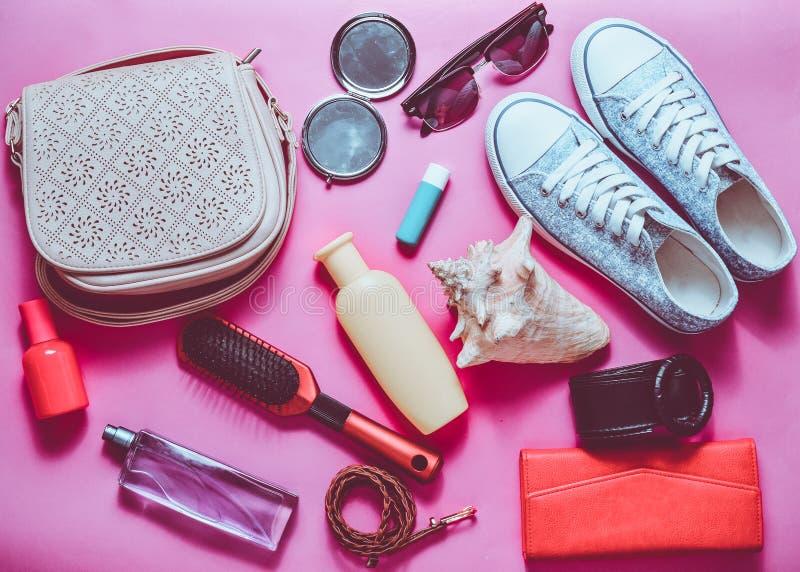 What& x27; s nel women& x27; borsa di s? Andare in viaggio Alla moda Girly fotografia stock libera da diritti