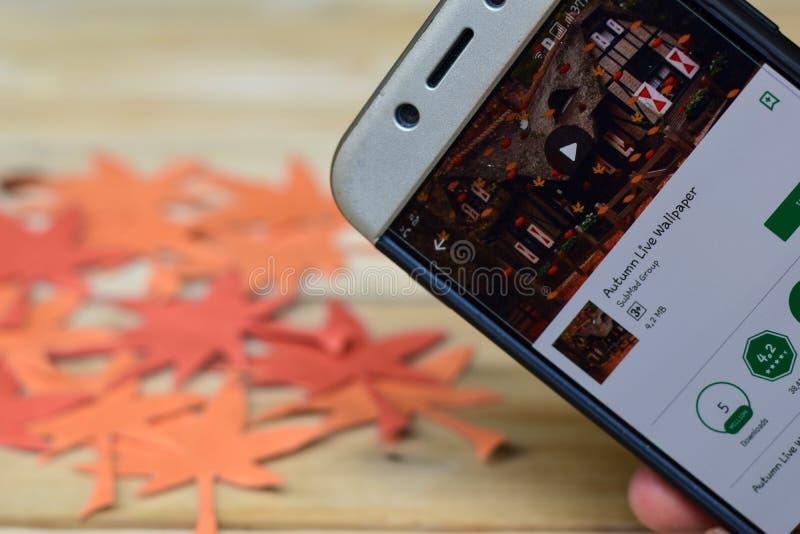 WhatsApp-Geschäfts-APP auf Smartphone-Schirm Autumn Live Wallpaper App auf Smartphone-Schirm stockbild