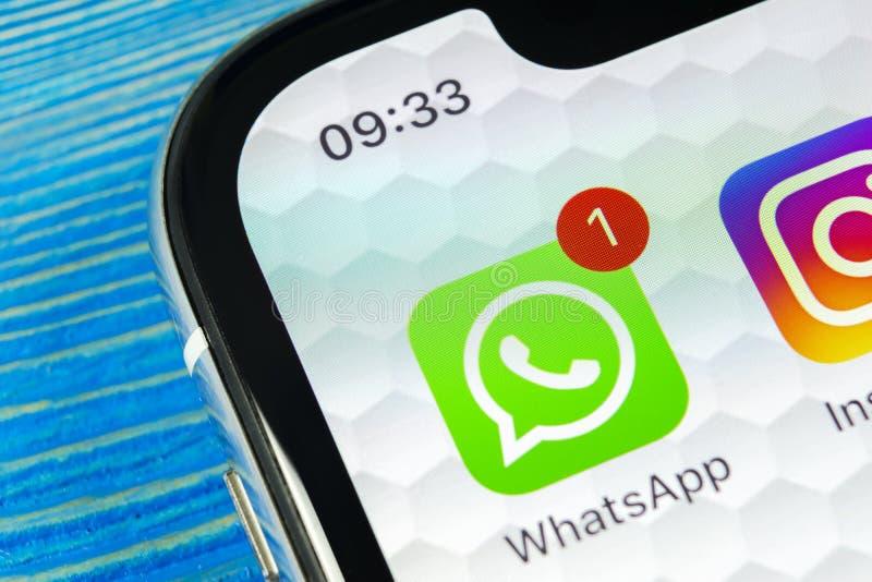 Whatsapp gona podaniowa ikona na Jabłczanego iPhone X smartphone parawanowym zakończeniu Whatsapp gona app ikona Ogólnospołeczna  zdjęcie royalty free