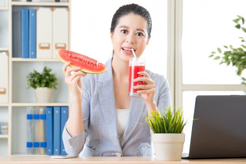 Whe zal u het drinken watermeloensap werkelijk plezier zijn royalty-vrije stock foto