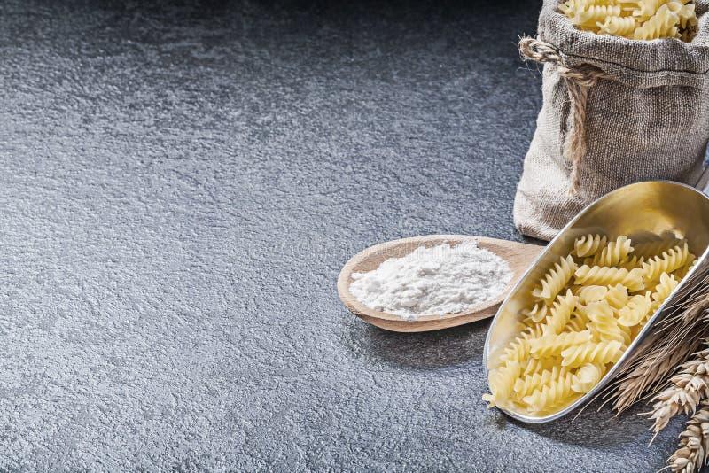 Whea för mjöl för sked för okokt för pasta för säckvävsäck skopa för kök trä royaltyfria bilder