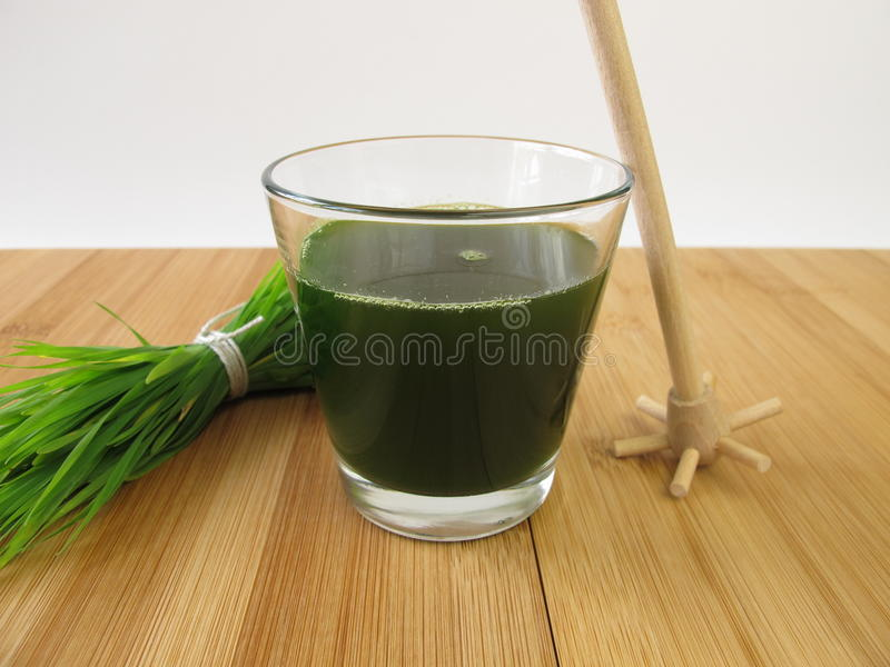 Wheatgrass Saft lizenzfreie stockfotos