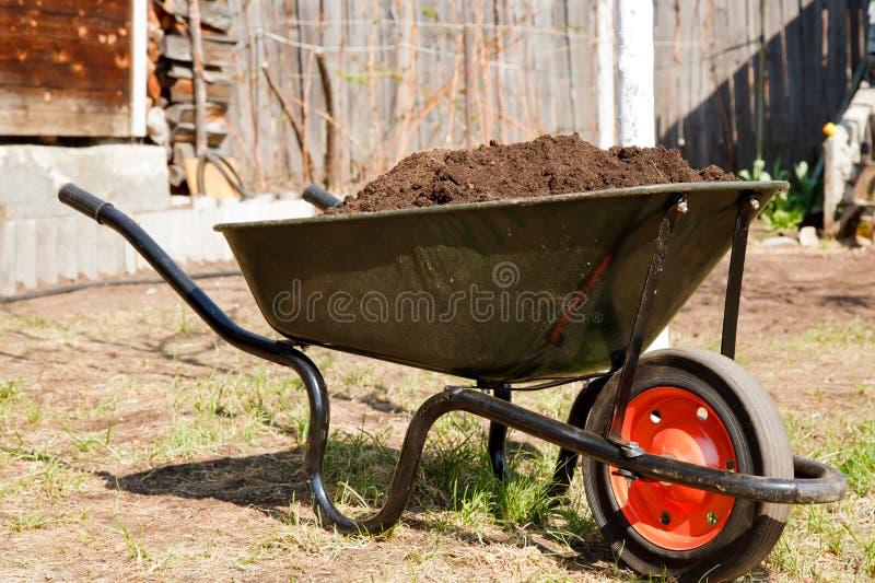Wheelbarrow em um jardim fotografia de stock