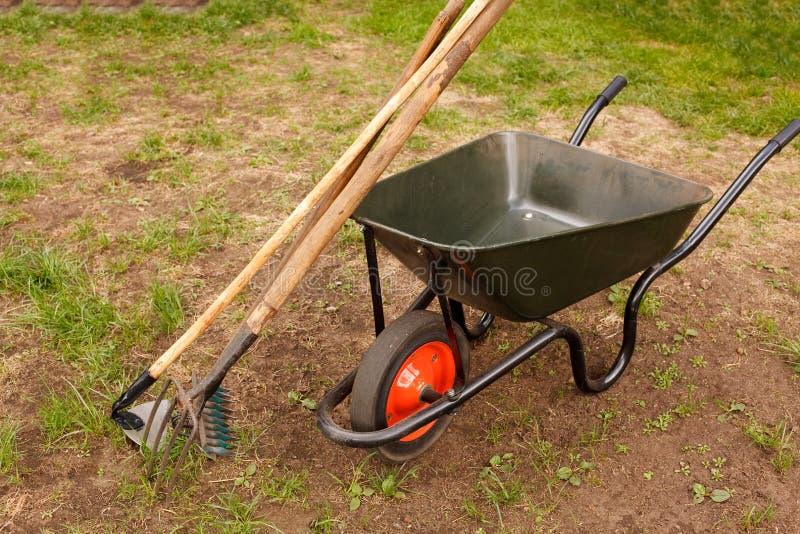 Wheelbarrow em um jardim foto de stock royalty free