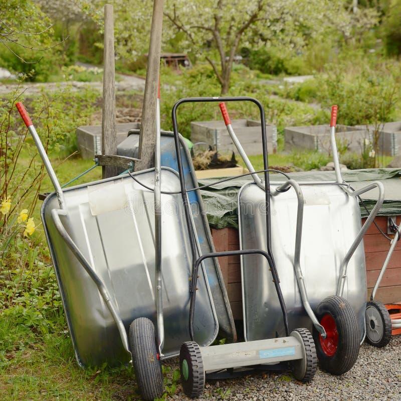 Wheelbarrow i narz?dzia w ogr?dzie fotografia stock