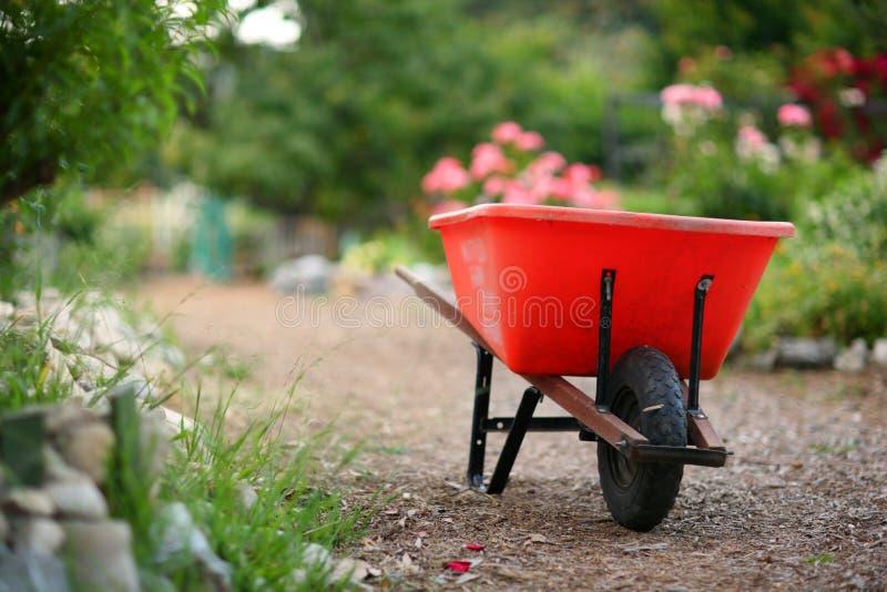 Wheelbarrow no jardim fotografia de stock
