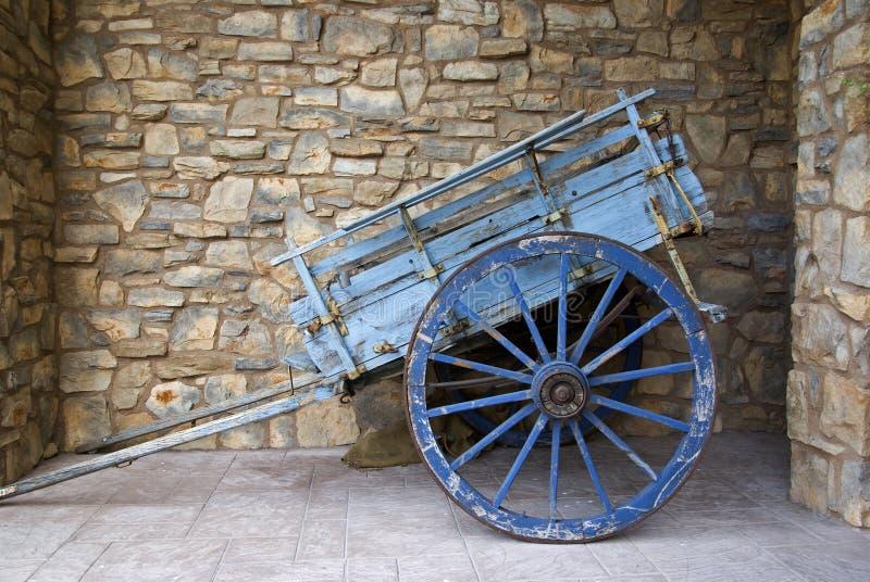 Wheelbarrow velho do grunge foto de stock royalty free