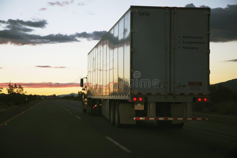 18-wheeler ciężarówka jedzie na zachód na Międzystanowi 10, blisko palm springs, Kalifornia, usa obrazy royalty free