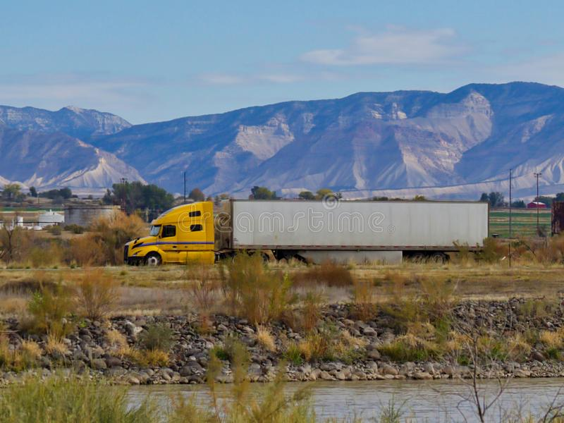 18 Wheeler Heading Towards Utah royaltyfri fotografi