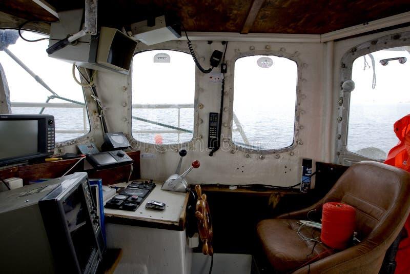 Wheelhouse de uma embarcação de pesca pequena imagens de stock