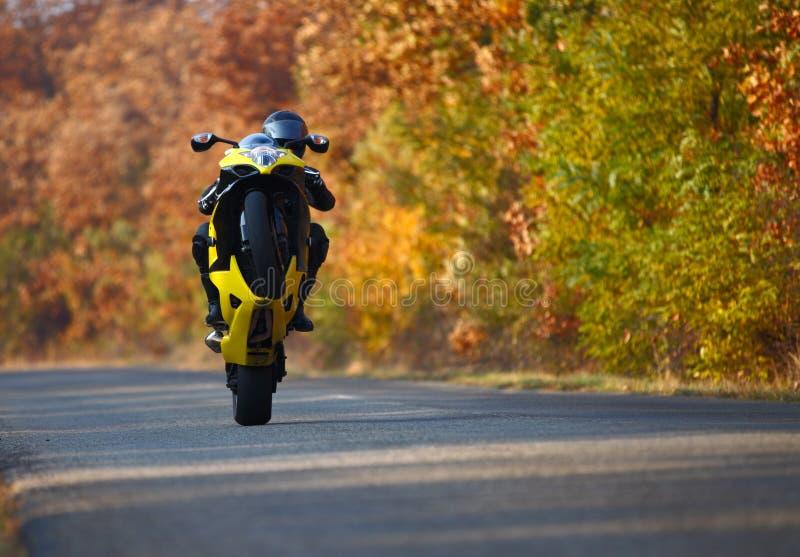 Wheelie auf Motorrad stockbild
