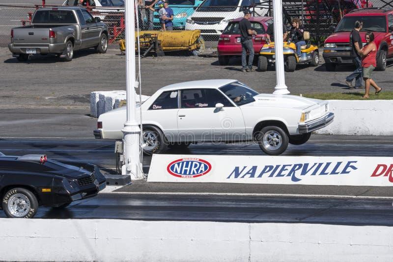 Wheelie de Chevrolet malibu en la pista fotografía de archivo