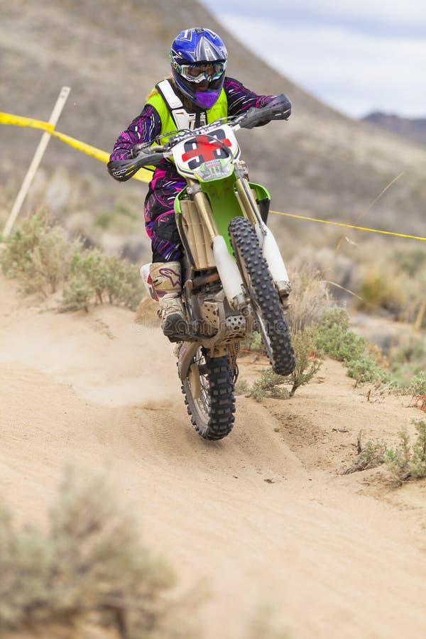 Wheelie fêmea de Dirtbiker foto de stock