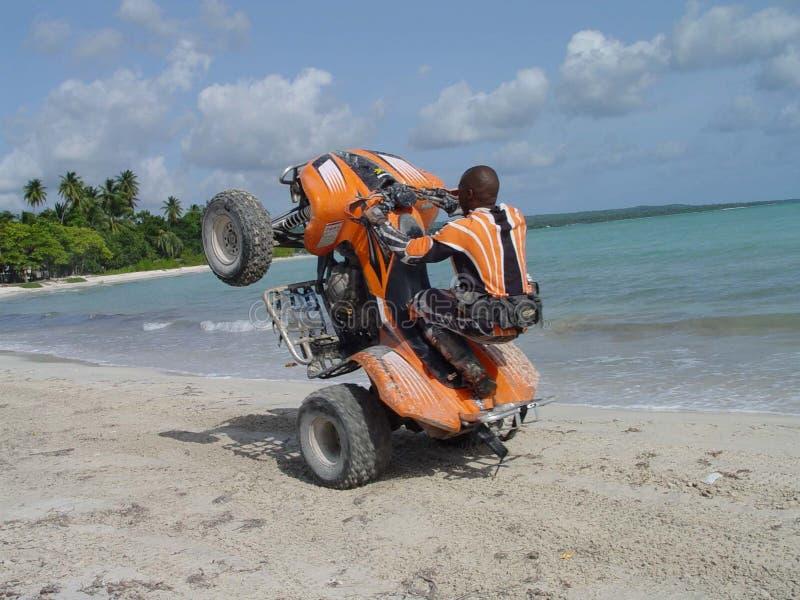 Wheelie na praia imagens de stock royalty free