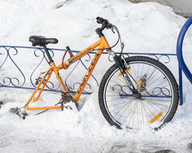 Wheelless pomarańczowy bicykl troczący żelazny ogrodzenie obrazy stock