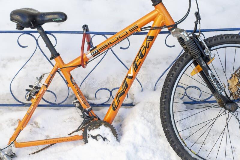 Wheelless pomarańczowy bicykl troczący żelazny ogrodzenie zdjęcie royalty free