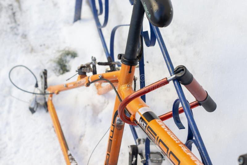 Wheelless pomarańczowy bicykl troczący żelazny ogrodzenie zdjęcia stock