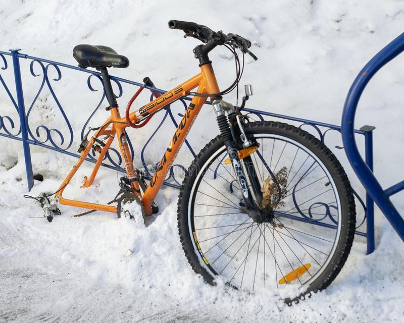 Wheelless pomarańczowy bicykl troczący żelazny ogrodzenie obrazy royalty free
