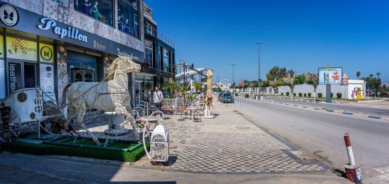 Whicker rydwan na głównej drodze przez portu El Kantaoui w Tunezja i koń zdjęcia stock