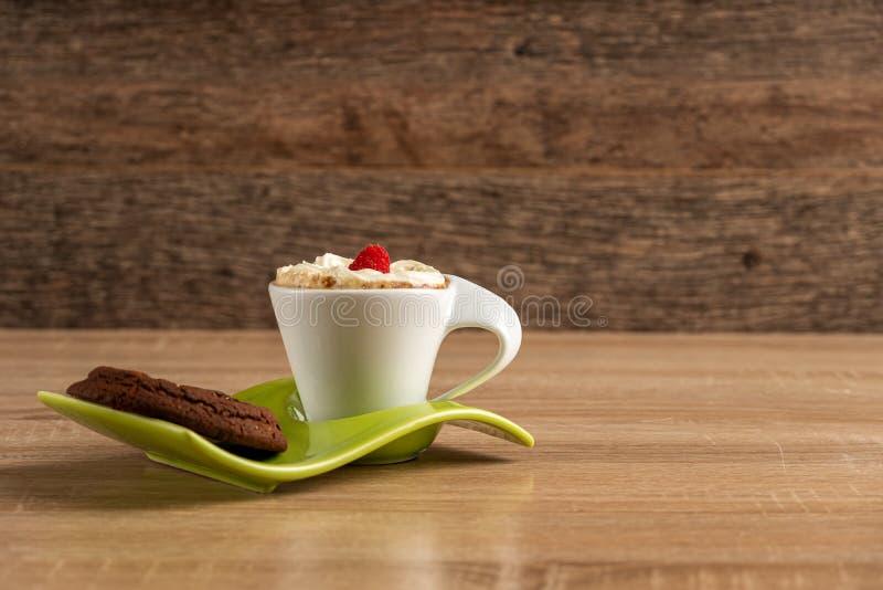 Whipcreamedsspresso met een raspbeery en chocoladescone klaar om worden gediend stock foto's