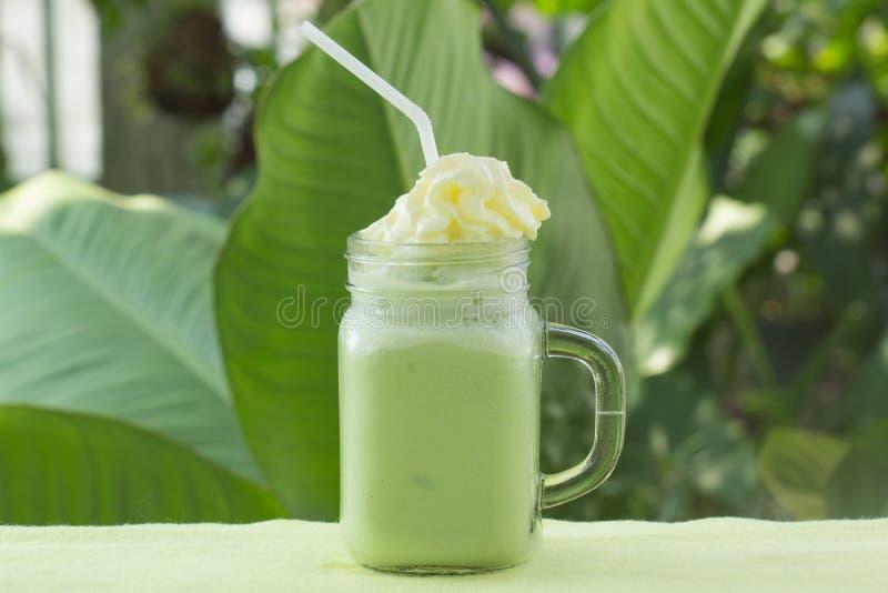 Whiped kräm- toppning Matcha för grönt te smoothie arkivfoton