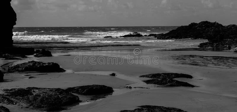 Whipsiderry海滩康沃尔郡黑白的英国 免版税图库摄影