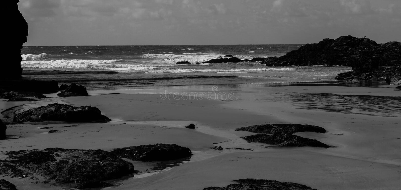 Whipsiderry-Strand Cornwall England Schwarzweiss lizenzfreie stockfotografie